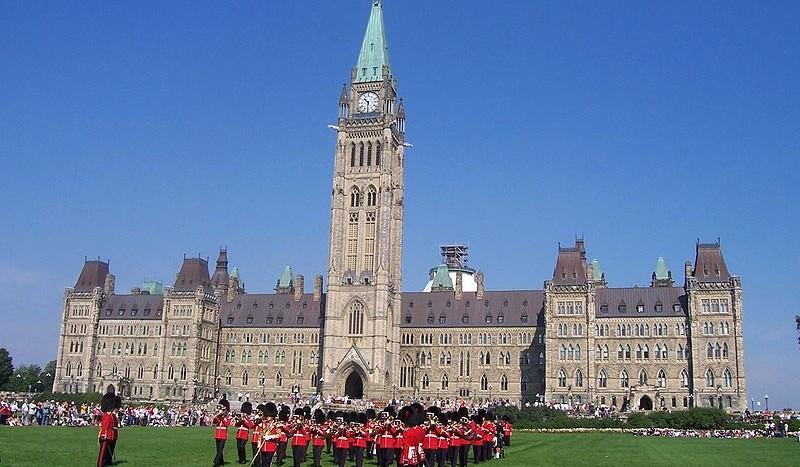 Cambio de guardia Parlamento de Canadá, Ottawa (Canadá) - Yann Fauché & Alma Mulalic Creative Commons Attribution-Share Alike 2.5 Generic | namasteviajes.com