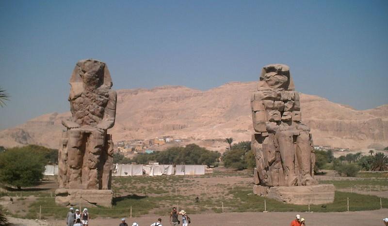 Colosos de Memnom, Edfu (Egipto) - Elmikelet, Creative Commons Attribution-Share Alike 3.0 Spain license | namasteviajes.com