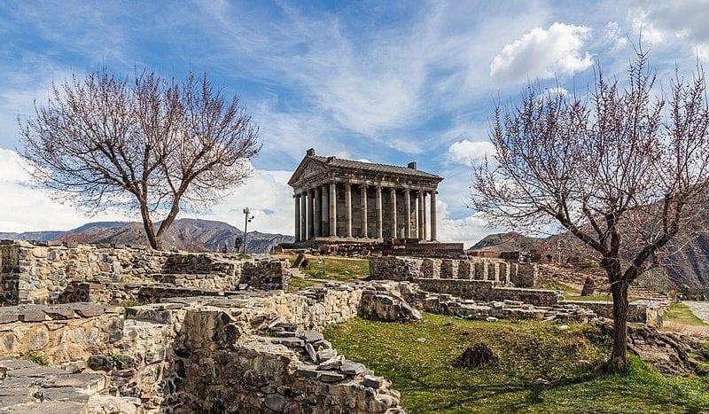 Templo de Garni, Armenia - Image: Matthias Süßen (matthias-suessen.de) Licence: license CC BY-SA via Wikimedia Commons | namasteviajes.com